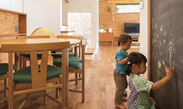 日立市・水戸市の注文住宅モリハウジングの落書きを楽しむ子供